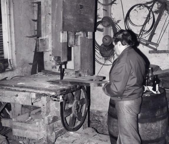 Herr Karner (Fassbinder) mit seiner selbstgebauten Maschine